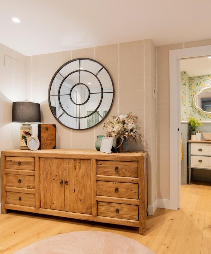 Recibidor de madera robusta de estilo clásico con espejo redondo