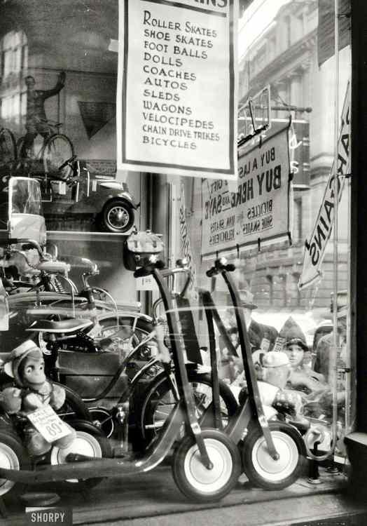 Trottinettes dans une boutique, USA 1940