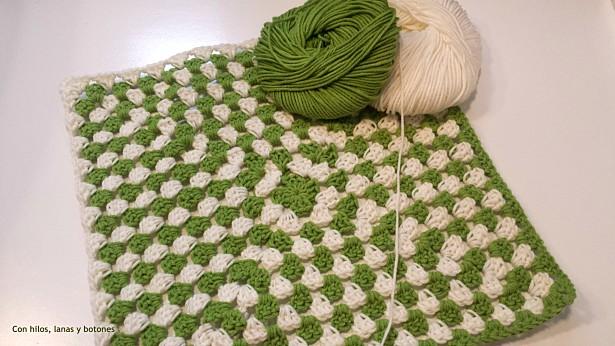 Con hilos, lanas y botones: Manta de apego y sonajero rana