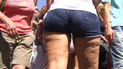 Chicas piernudas apretados shorts tanga marcada