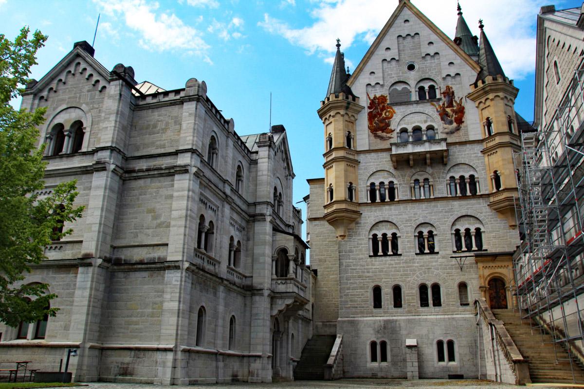 Внутренний двор замка Нойшванштайн в Германии