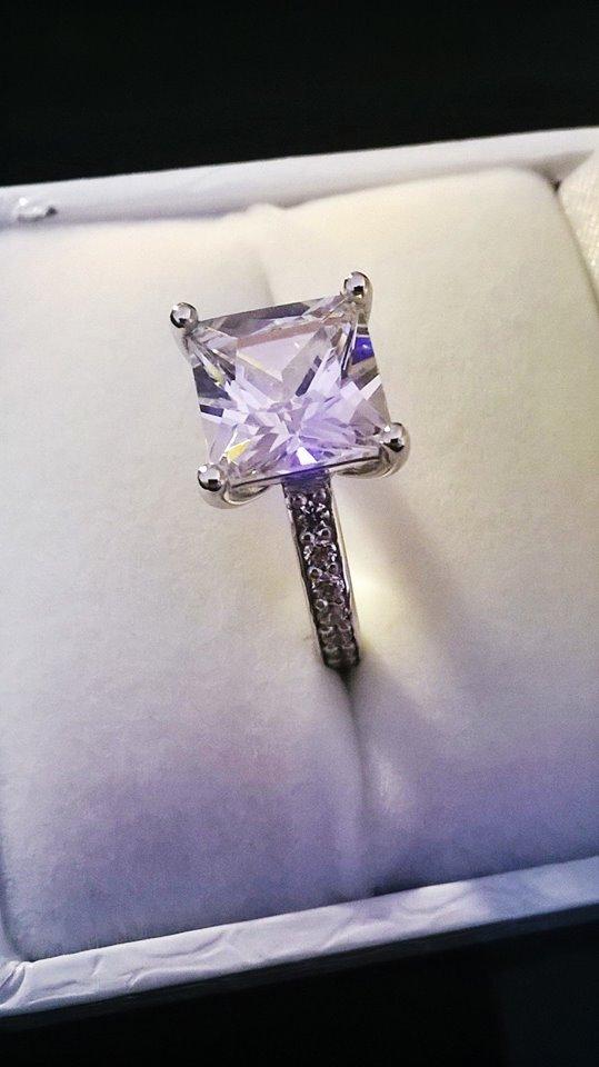 Ένα καράτι άριστης ποιότητας σμαραγδιού για παράδειγμα κοστίζει 10 και  πλέον φορές φθηνότερα από ένα καλό διαμάντι 1 Ct. 04269b788f3