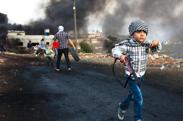 Palestine kid at war