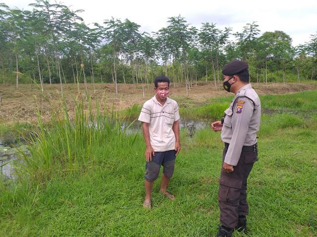 Datangi Warga di Kebun, Anggota Polsek Kahayan Hilir Sampaikan Himbauan Tentang Protokol Kesehatan