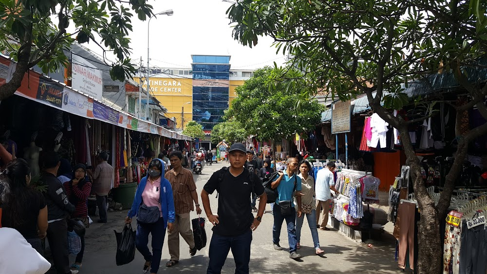 Berlatarbelakangkan pasaraya Jatinegara