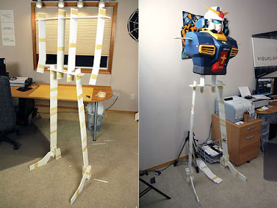 Robot hecho con cajas de cartón.