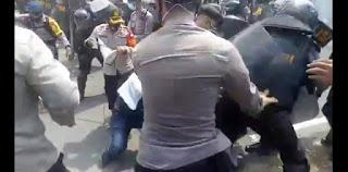 Bentrok dengan Aparat, Mahasiswa PMII di Kabupaten Bekasi Ditendang dan Dipukuli