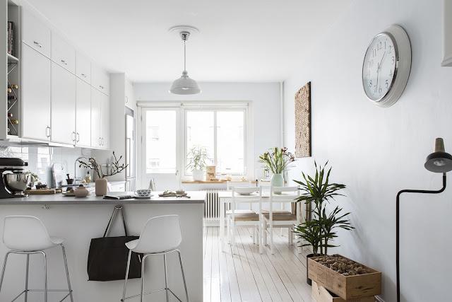 O bucătărie spațioasă și un living micuț în amenajarea unui apartament de numai 35 m²