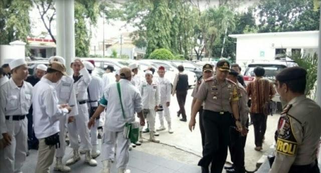 Dosen UI Bilang Kitab Suci Fiksi Adem Ayem, Di Tangerang FPI Kepung Pengadilan Saat Sidang Dugaan Penistaan Agama dan Hinaan Pada Nabi Muhammad....
