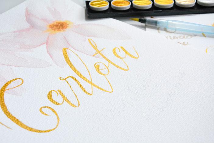 Lettering con tintas doradas