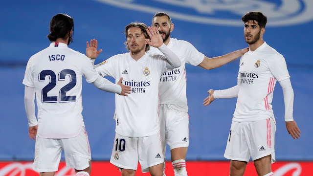 Real Madrid players Isco, Modric, Benzema, Asensio celebrate