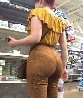 Mujeres preciosas colas redondas ropa entallada