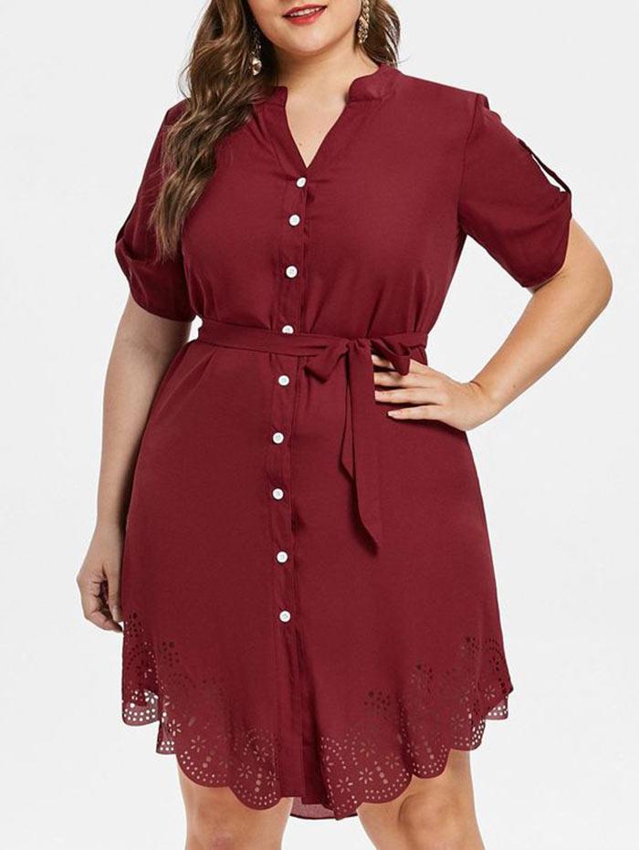 Vestido plus size vemelho com cinto em laço na cintura, botões ao longo do comprimento e corte a laser rendado na barra