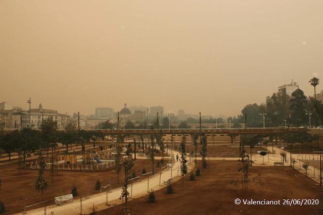 Jardines del Turia en Valencia bajo el humo y las cenizas del incendio del 2012.