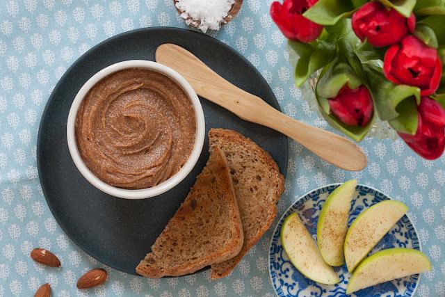 Zdravi karamel namaz od badema i urmi, sa cimetom i solju