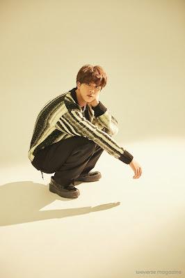 Jin kucający na podłodze, trzymający lewa rękę na szyi