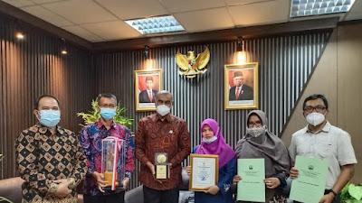 KLHK Serahkan Green Leadership Nirwasita Tantra Kepada Wako dan Ketua DPRD Bukittinggi