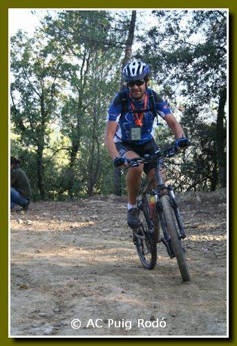 Ultraquim pedalant en bicicleta muntanya