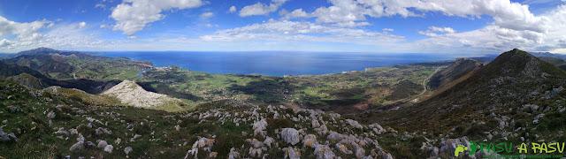 Sierra de la Cueva Negra: Panorámica hacia Ribadesella desde el Jorovitaya o Peña el Taxista