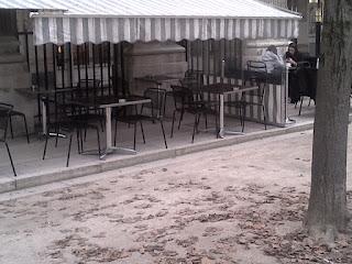 Brasserie terrasse extérieure dans le jardin. Palais Royal.