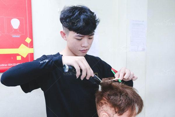 Cắt tóc nam là một nghề đòi hỏi sự tỉ mỉ và chăm chỉ