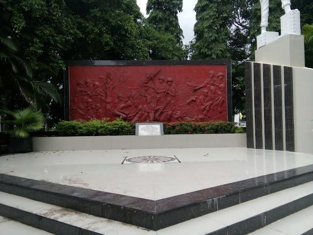 Relief yang memperlihatkan perjuangan masyarakat Barru di Taman Hibridah Kota Barru