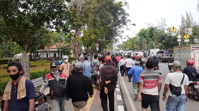 Warga Berebut hingga Saling Dorong, Kejar Mobil Sembako Jokowi ke Jalan Raya