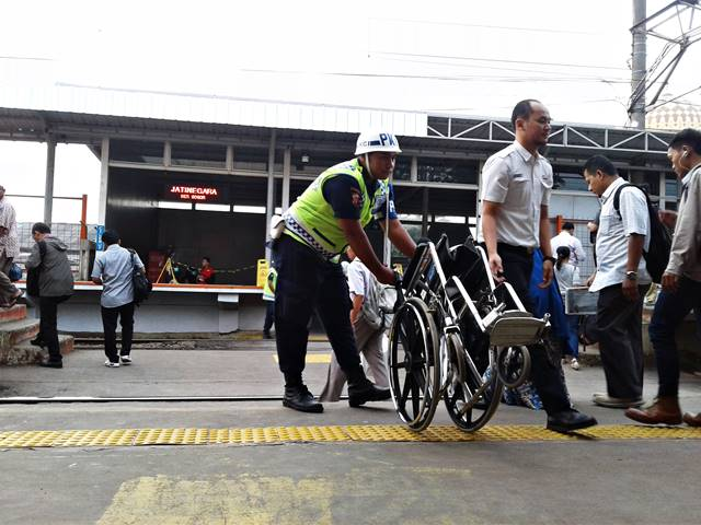 Butuh Kursi Roda di Stasiun, Jangan Ragu Untuk Meminta Kepada Petugas
