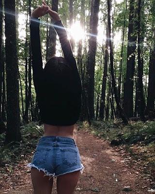 foto tumblr de espaldas en el bosque