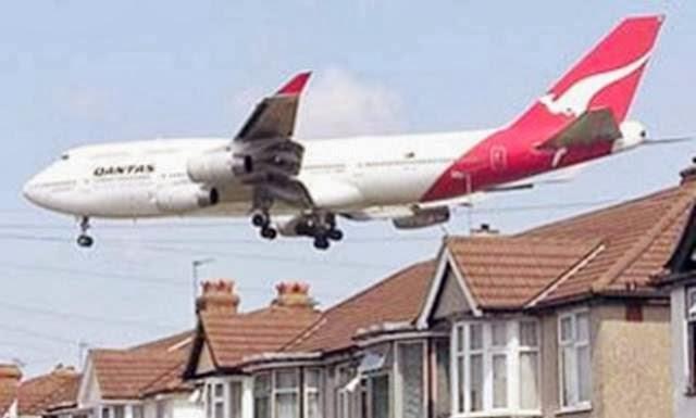 pesawat lewat atap rumah warga