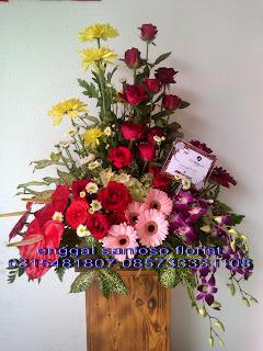 rangkaian karangan bunga meja