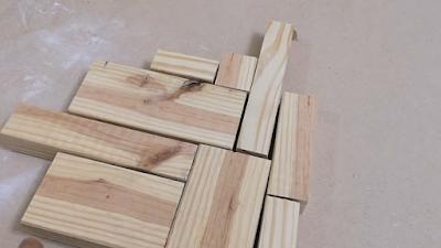 تجميع بقايا من الخشب بجانب بعضهم بشكل منظم