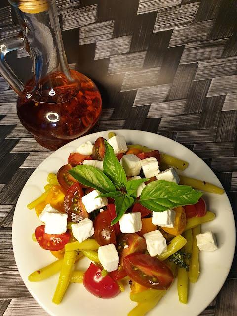 Fasolka szparagowa z pomidorkami i serem feta