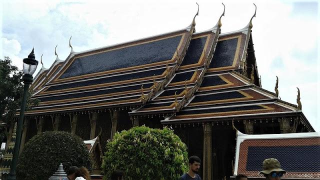 Como en Camboya, hay tejados superpuestos y puntiagudos