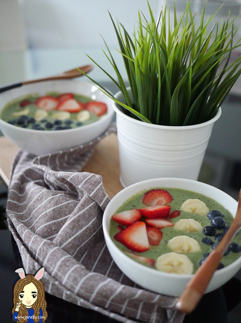 Recipe Edition: Kale and Berries Smoothie 'Soup'