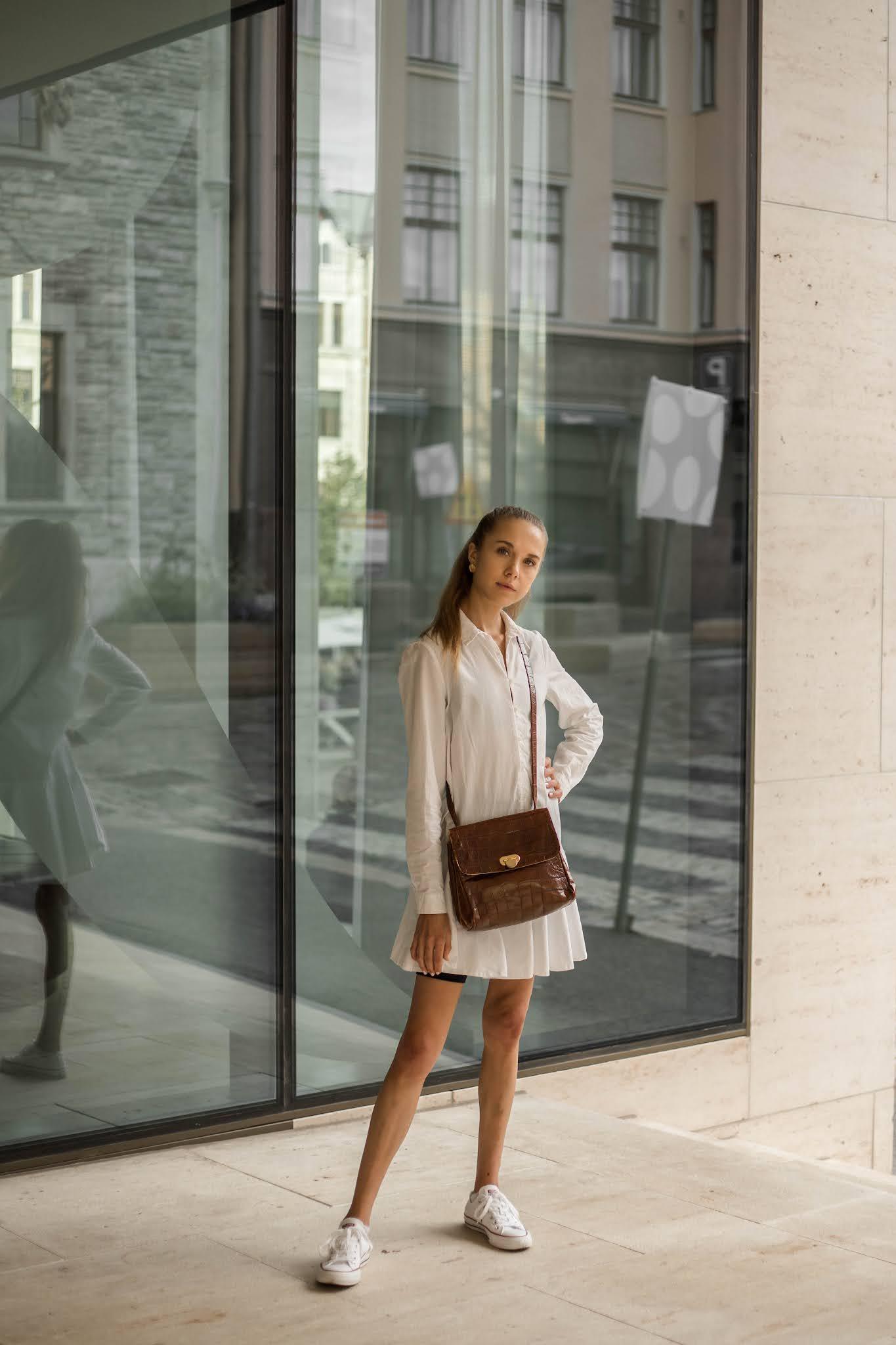 Valkoinen paitamekko ja ruskea vintage-laukku // White shirt dress and brown vintage bag