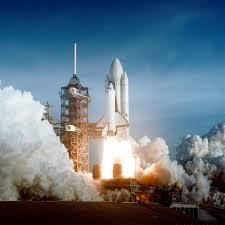 Cohetes aceleradores sólidos del transbordador espacial despegando