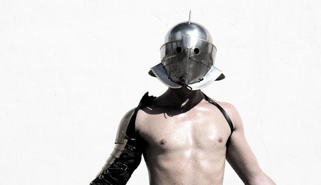 seorang gladiator secutor tengah berpose