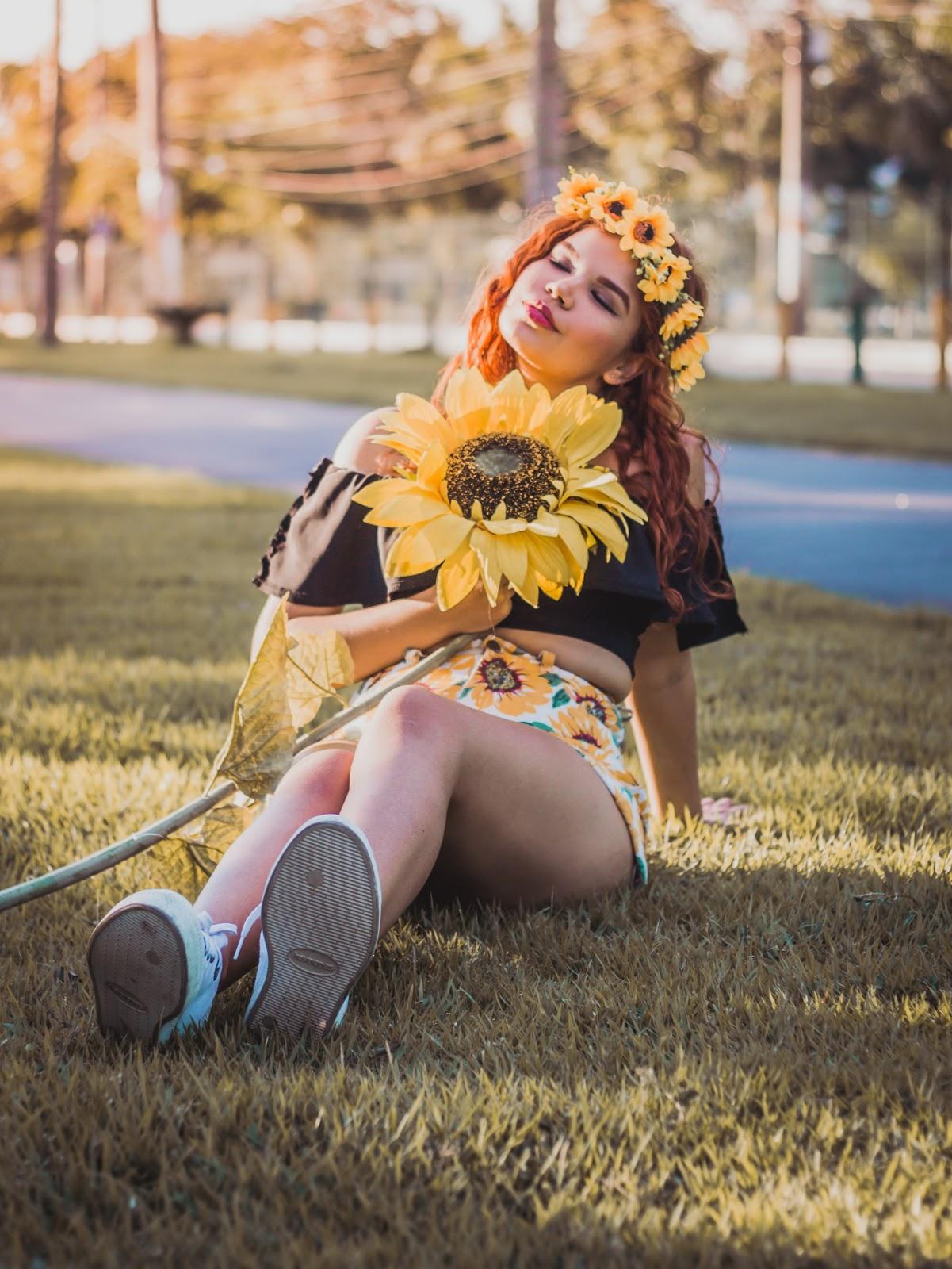Inspirações de fotos com girassol fake, ideias de fotos menina com girassol, ideias de poses tumblr fotos nas plantas