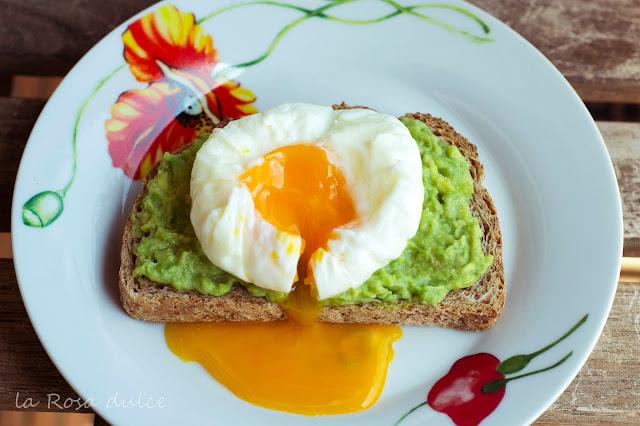 Tosta integral de guacamole con huevo poché #realfood