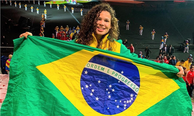 Lais Nunes esbanjando a bandeira brasileira após bm resultado no wrestling