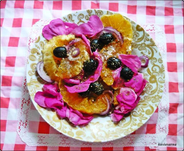 wegańska-sałatka-pomarańcza-róża-oliwki