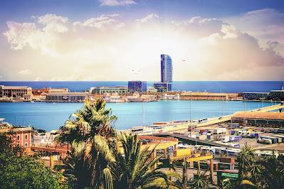 Vistas de Barcelona desde el hotel playas, ciudad y palmeras