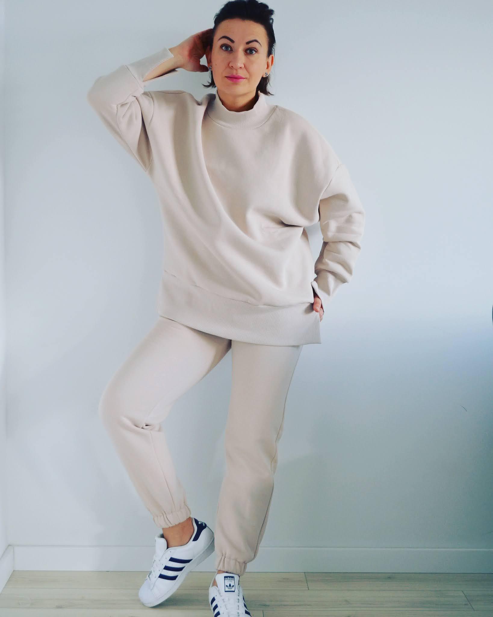 Dres Laurella;Laurella Stone Tracksuit;www.adriana-style.com;blogerka modowa 40+;blogerka 40+;styl 40+;moda;fashion;styl sportowy;sportowo po domu;dres po domu;@adrianastyle_stylist;