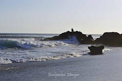 Memancing di pinggir Pantai Munggu - Backpacker Manyar