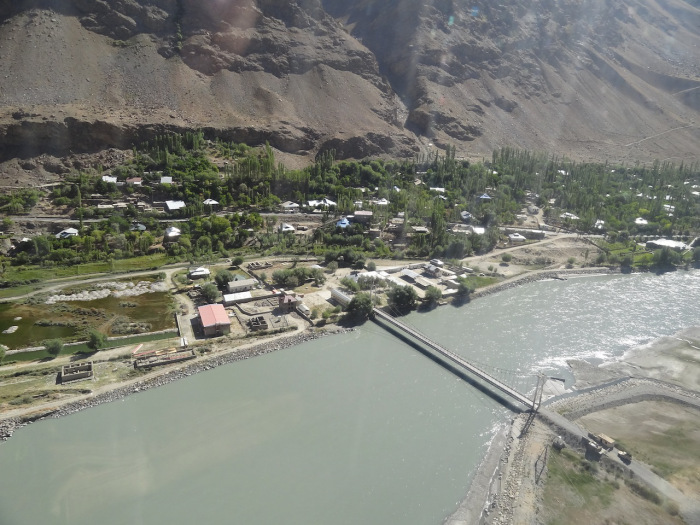 Pont d'amitié entre le Tadjikistan et l'Afghanistan De l'autre côté de la rivière Panj dans la région Shughnon–Shughnan. CC BY-SA 3.0 par Khwahan