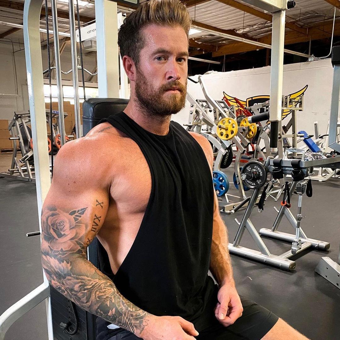 hot-bearded-guys-brenton-ross-simmons-big-biceps-gym-hunk