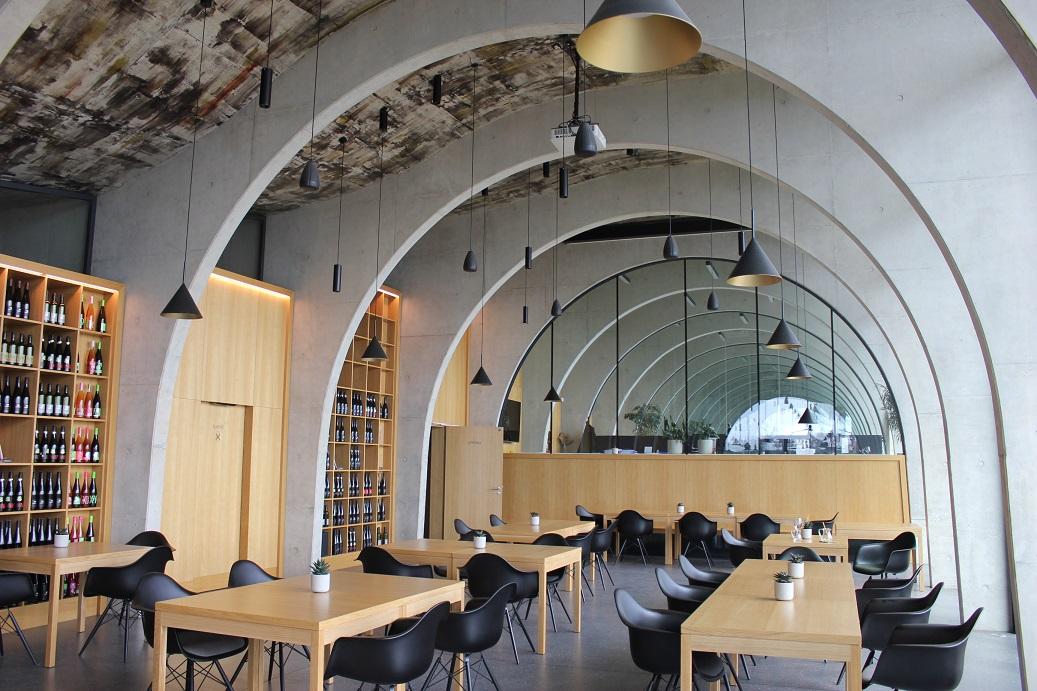 Moderní interiér vinařství Lahofer