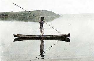 seorang pria batak toba yang menangkap ikan di danau toba dekat parapat