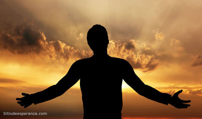 Hombre adorando a Dios